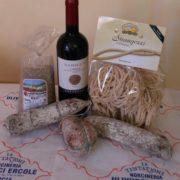 cesto di prodotti tipici con lenticchia, vino, pasta e salumi